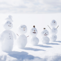 雪原で一列に並ぶ雪だるま 11017017362  写真素材・ストックフォト・画像・イラスト素材 アマナイメージズ