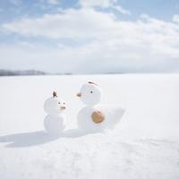 雪で作ったニワトリとヒヨコ
