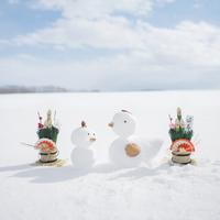 雪で作ったニワトリとヒヨコと門松