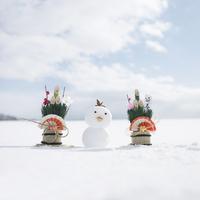 雪で作ったヒヨコと門松