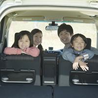 車の中で微笑む家族 11017017391| 写真素材・ストックフォト・画像・イラスト素材|アマナイメージズ