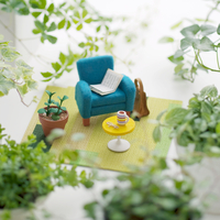 植物に囲まれた椅子