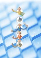 キーボードの上のビジネスマンとビジネスウーマン クラフト 11017017841| 写真素材・ストックフォト・画像・イラスト素材|アマナイメージズ