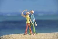 砂浜に立つ夫婦と海 クラフト