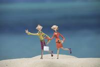 砂浜を走る働く女性と海 クラフト