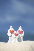砂浜でハートを抱いた白い親子と海 クラフト