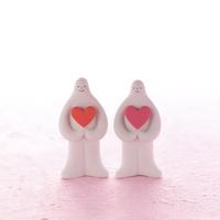 ハートを抱えて並ぶ白い夫婦 クラフト