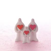 ハートを抱えて並ぶ白い親子 クラフト 11017017922| 写真素材・ストックフォト・画像・イラスト素材|アマナイメージズ