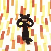 両手を首に回して座る黒猫 クラフト