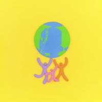 地球を支える人々のオブジェと黄 クラフト
