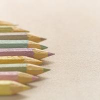 右を向いて並んだ色えんぴつ クラフト