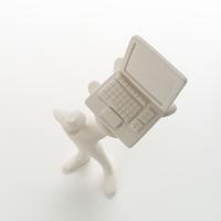 左手にパソコンを掲げて立つ人のオブジェ クラフト