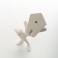 左手に家を掲げて立つ人のオブジェ クラフト 11017017994| 写真素材・ストックフォト・画像・イラスト素材|アマナイメージズ