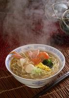 湯気の立つ海鮮ラーメン 11017018132| 写真素材・ストックフォト・画像・イラスト素材|アマナイメージズ