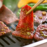 鉄板に乗せる焼き肉 11017018152| 写真素材・ストックフォト・画像・イラスト素材|アマナイメージズ