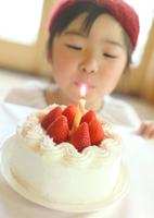 イチゴのケーキと女の子