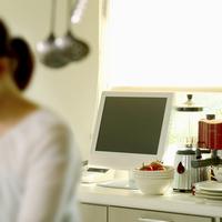窓際のテレビとキッチン用品