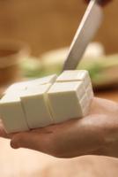 手で持った豆腐を切るシーン