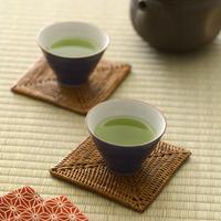 畳に置かれた緑茶