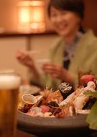 刺身と冷えたビール 11017018515| 写真素材・ストックフォト・画像・イラスト素材|アマナイメージズ