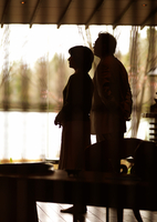 窓辺に佇む夫婦