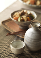 日本酒と筑前煮 11017018617| 写真素材・ストックフォト・画像・イラスト素材|アマナイメージズ