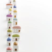 縦2列に並ぶ家 クラフト 11017018680| 写真素材・ストックフォト・画像・イラスト素材|アマナイメージズ