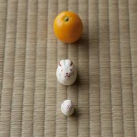 畳の上に並ぶウサギの親子とミカン 干支のクラフト