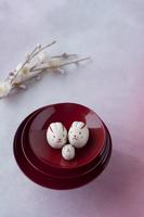 酒器の上のウサギの家族と梅の花 干支のクラフト