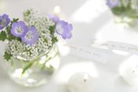 パーティーのテーブルに飾られた花とキャンドル