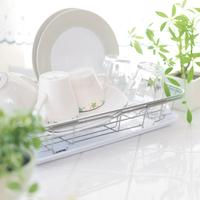 キッチンの水切りカゴに置いてある食器