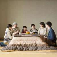 こたつで談笑をする3世代家族 11017019085| 写真素材・ストックフォト・画像・イラスト素材|アマナイメージズ
