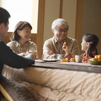 こたつで談笑をする3世代家族 11017019094| 写真素材・ストックフォト・画像・イラスト素材|アマナイメージズ