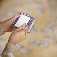 かるたの札を持つ女性の手元
