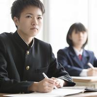 教室で勉強をする男子学生