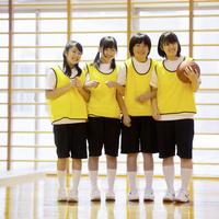 体育館で微笑む女子学生