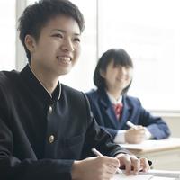 教室で勉強をする学生