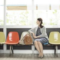 椅子に座り電車を待つ女性 11017019540| 写真素材・ストックフォト・画像・イラスト素材|アマナイメージズ