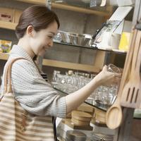 雑貨屋で買い物をする女性 11017019565| 写真素材・ストックフォト・画像・イラスト素材|アマナイメージズ
