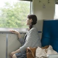 電車に乗り景色を眺める女性 11017019627| 写真素材・ストックフォト・画像・イラスト素材|アマナイメージズ