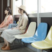 待合室で電車を待つ2人の女性 11017019742| 写真素材・ストックフォト・画像・イラスト素材|アマナイメージズ
