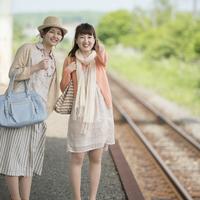 駅のホームで電車を待つ2人の女性 11017019758| 写真素材・ストックフォト・画像・イラスト素材|アマナイメージズ