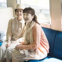 電車の中で微笑む2人の女性 11017019777| 写真素材・ストックフォト・画像・イラスト素材|アマナイメージズ
