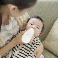 赤ちゃんにミルクをあげる母親 11017019887| 写真素材・ストックフォト・画像・イラスト素材|アマナイメージズ
