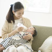 赤ちゃんにミルクをあげる母親