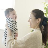 赤ちゃんを抱き微笑む母親 11017019893| 写真素材・ストックフォト・画像・イラスト素材|アマナイメージズ