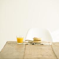 テーブルの上のパンケーキとオレンジジュース