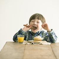 パンケーキを食べるハーフの男の子 11017019919| 写真素材・ストックフォト・画像・イラスト素材|アマナイメージズ