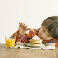 パンケーキを食べるハーフの男の子