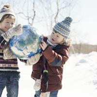 地球のボールを持つハーフの兄弟 11017019938| 写真素材・ストックフォト・画像・イラスト素材|アマナイメージズ